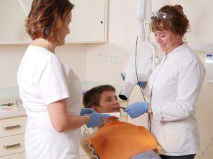 dziecko na fotelu dentystycznym